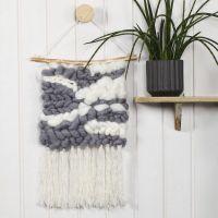 Un tapiz con borlas