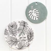 Platos de terracota decorados con rotuladores de vidrio y porcelana y pintura Art Metal