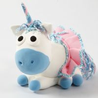 Un unicornio de Silk Clay con falda