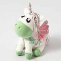 Un unicornio de Silk Clay con alas