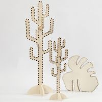Un cactus y una hoja decorada con una herramienta de pirograbado