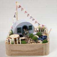Un campamento en miniatura en una bandeja