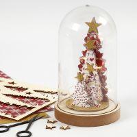 Una campana decorada con figuras de madera
