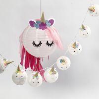 Una lámpara de unicornio y una guirnalda de luces de hadas