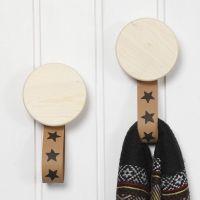 Un gancho de madera con correas de papel de imitación de cuero