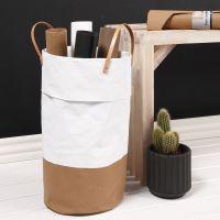 Una cesta de lavado hecha de papel de imitación al cuero