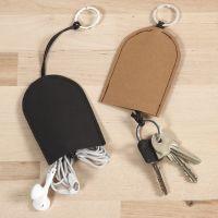Una bolsa para llaves y auriculares de papel imitación al cuero