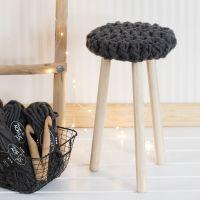 Un taburete con asiento a ganchillo con lana XL Manga