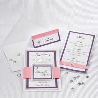 Una invitación de boda con cartulina y un marco plata.