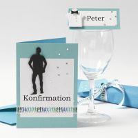 Una invitación y decoración de mesa para la fiesta de confirmación de un niño