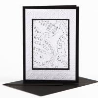 Una tarjeta de felicitación con decoración en relieve y lápices de cera