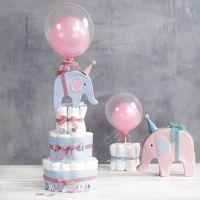 Un pastel de pañales con elefantes y globos