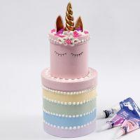 El pastel de pisos arco iris hecho de cajas redondas decoradas con Silk Clay Creamy