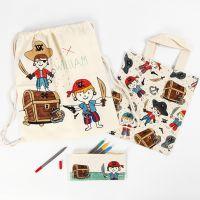 Un plumier, una bolsa y una mochila pirata decorada con rotuladores textiles