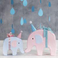 Un elefante decorado con pintura y un pequeño gorro de fiesta