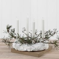 Una corona de Adviento de Foam Clay decorada con pinos y lentejuelas