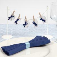 Decoraciones de mesa con pañales en una cuerda para un bautizo