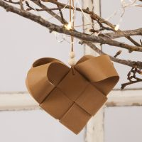 Una cesta tejida de corazón de Navidad con papel de cuero de imitación
