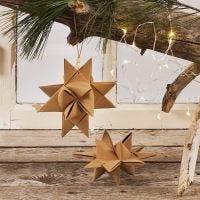 Una estrella de Navidad tejida con tiras de papel imitación cuero de estrella con un cordón de cuero con cuentas para colgar