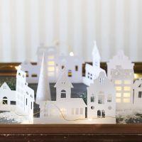 La silueta de un pueblo decorado con papel brillo y papel vitela