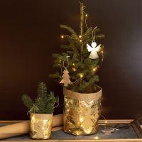 Una maceta cubierta con papel de cuero de imitación decorado con diseños navideños