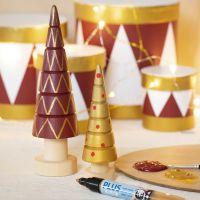 Árboles de Navidad decorados con pintura y rotuladores Plus Color