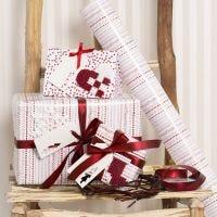Envoltorio de regalo rojo y blanco decorado con diseños de Navidad hechos con perlas Nabbi Fuse