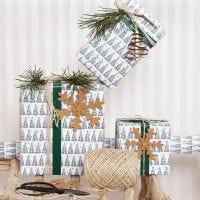 Envoltorio de regalos de Navidad con un adorno de árbol de Navidad y decoraciones de papel de imitación piel