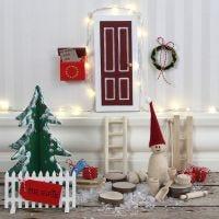 Una puerta de elfo con una valla de madera y un buzón