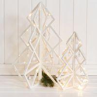 Un árbol de Navidad de madera en 3D con decoraciones y adornos navideños