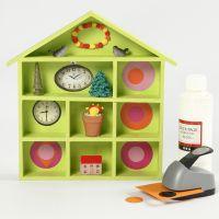 Un sistema de estanterías con forma de casa decorado con pintura y collage