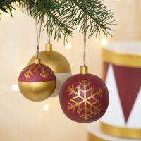 Bolas de Navidad decoradas con pintura y rotuladores Plus Color