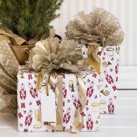 Envoltorio de regalos de Navidad con Pom-pom de papel de seda