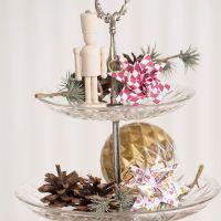 Una estrella tejida de Navidad con un adorno de arlequín o un motivo de tambores