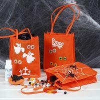 Una bolsa de truco o trato decorada con pintura para manualidades, diseños estampados y ojos hechos de pegatinas