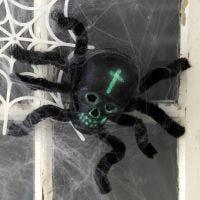Una araña hecha de una calavera y limpia pipas para la decoración de Halloween
