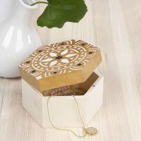 Una caja de almacenamiento de madera decorada con un diseño étnico estarcido
