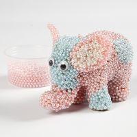 Un elefante de papel mâché cubierto con Pearl Clay y ojos saltones