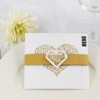 Una tarjeta para menú de boda con papel de diseño brillante dorado y una pegatina shaker.