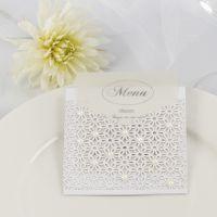 Un menú de boda con un bolsillo interior hecho con tarjeta troquelada y decorado con perlas
