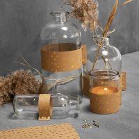 Botellas de vidrio y candelabros decorados con papel de imitación al cuero