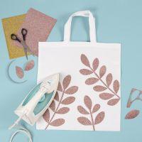 Una bolsa de compra con hojas de foil planchadas