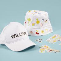 Un sombrero de cubo y una gorra decorada con pegatinas rub-on