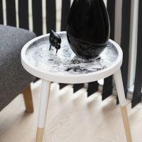 Arte fluido en una bandeja de mesa de madera hecha con Pouring-Fluid