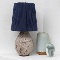 Una forma de lámpara envuelta con hilo de tela espagueti.