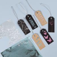 Etiquetas manila decoradas con lámina decorativa y diseños de lámina adhesiva.