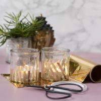 Portavelas decorado con tiras de foil doradas