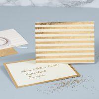 Una tarjeta de felicitación perlada decorada con franjas de foil dorado