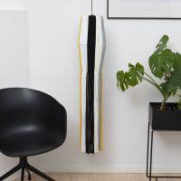 Una pantalla de lámpara hecha a partir de hilo de espagueti (tela) con largas tiras.