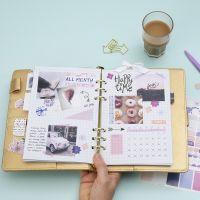 Una visión general mensual en un Bullet Journal y una agenda